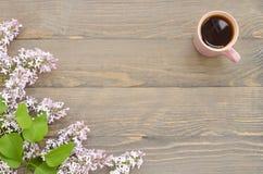 Tasse Tee und Flieder Lizenzfreie Stockfotos