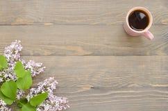 Tasse Tee und Flieder Stockbilder