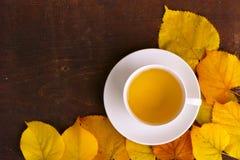 Tasse Tee und Gelb Autumn Leaves Lizenzfreie Stockfotografie