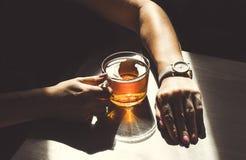 Tasse Tee und Hände Stockfotos