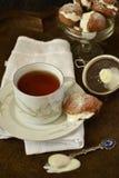 Tasse Tee und Kuchen Chouxgebäck mit Sahne Lizenzfreies Stockbild