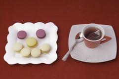Tasse Tee und Lächeln der Makronen Lizenzfreie Stockbilder