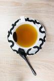 Tasse Tee und Löffel stockfotos