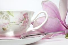 Tasse Tee und Magnolienblume Stockfoto