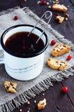 Tasse Tee und Moosbeerebiscotti Lizenzfreie Stockfotografie