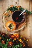 Tasse Tee und Persimone Stockfotos