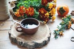 Tasse Tee und Persimone Stockbild