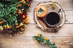 Tasse Tee und Persimone Lizenzfreie Stockbilder