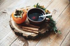 Tasse Tee und Persimone Lizenzfreies Stockfoto