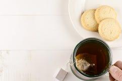 Tasse Tee und Plätzchen Stockbild