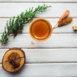 Tasse Tee und Rohrzucker Auf hölzernem Hintergrund Stockfotografie