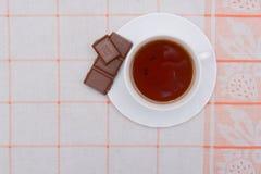Tasse Tee und Schokolade mit Nüssen Stockfotos