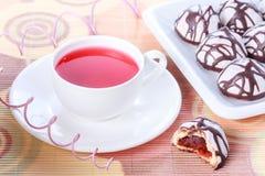 Tasse Tee und Schokolade verziert gefror Gewürzkuchen lizenzfreie stockbilder