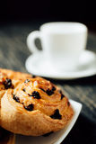 Tasse Tee und selbst gemachte Bäckerei mit Schokolade auf dunklem Holztisch Stockfoto