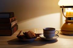 Tasse Tee und Stapel alte Bücher Lizenzfreie Stockfotos