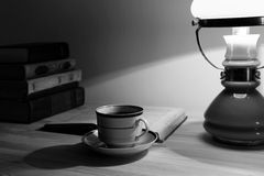 Tasse Tee und Stapel alte Bücher Lizenzfreies Stockbild
