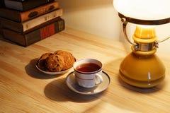 Tasse Tee und Stapel alte Bücher Lizenzfreie Stockfotografie