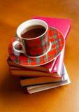 Tasse Tee und Stapel Bücher Stockbilder