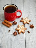 Tasse Tee und Weihnachtsplätzchen auf dem hölzernen Hintergrund Stockfoto