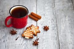 Tasse Tee und Weihnachtsplätzchen auf dem hölzernen Hintergrund Lizenzfreie Stockfotografie