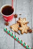 Tasse Tee und Weihnachtsplätzchen auf dem Tisch Stockbilder