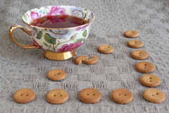 Tasse Tee witn runde Cracker auf Leinen Lizenzfreie Stockfotos