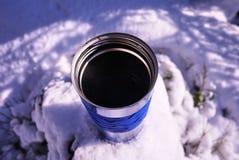 Tasse thermique de représentation pour maintenir la température chaude ou froide Pour le stockage des boissons chaudes ou froides images libres de droits