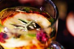 Tasse transparente de thé d'infusion avec la sélection de fines herbes colorée à l'intérieur, le beau concept de disposition, de  Photos libres de droits