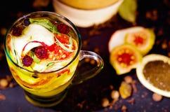 Tasse transparente de thé d'infusion avec la sélection de fines herbes colorée à l'intérieur, le beau concept de disposition, de  Photographie stock libre de droits