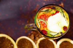 Tasse transparente de thé d'infusion avec la sélection de fines herbes colorée à l'intérieur, le beau concept de disposition, de  Photos stock