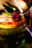 Tasse transparente de thé d'infusion avec la sélection de fines herbes colorée à l'intérieur, le beau concept de disposition, de  Photo stock
