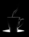 Tasse transparente en verre de thé chaud sur un fond noir photographie stock