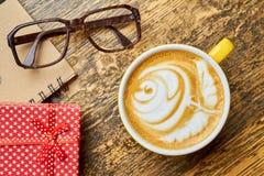 Tasse, verres et cadeau de café Image libre de droits