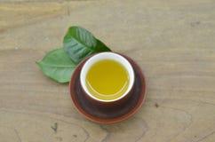 Tasse vers le haut de thé sur la table en bois photos stock