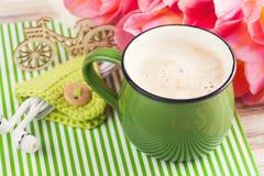 Tasse verte de café sur le fond dépouillé Photographie stock
