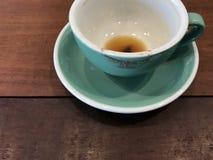 Tasse verte de finition de café chaud avec la marque rouge de rouge à lèvres en café Images libres de droits