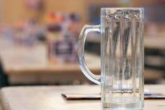 Tasse vide de bière chez Oktoberfest Photographie stock