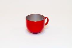 Tasse vide rouge de thé (café) sur le fond blanc Photographie stock libre de droits