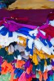 Tasseledstoffen op stal markt royalty-vrije stock foto's