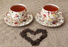 Tassen Tee mit dem Herzen gemacht von ihm Lizenzfreies Stockfoto