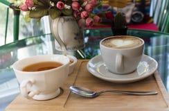 Tassen Tee und Kaffee Stockfoto