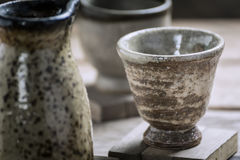 Tasses antiques de thé sur le Tableau en bois Images stock