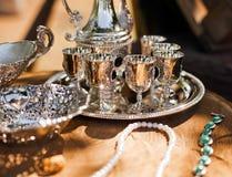 Tasses argentées brillantes antiques à vendre image libre de droits