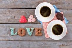 Tasses avec amour de café noir et de mot Image stock