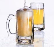 Tasses avec de la bière Image libre de droits