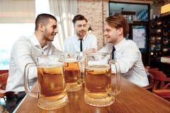 Tasses avec de la bière au compteur de barre Image stock