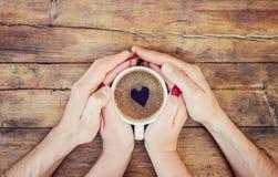 Tasses avec du café dans les mains des hommes et des femmes Images libres de droits