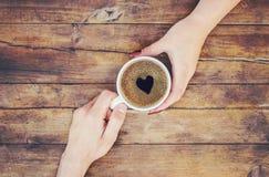 Tasses avec du café dans les mains des hommes et des femmes Photographie stock