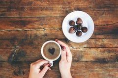 Tasses avec du café dans les mains des hommes et des femmes Photo libre de droits