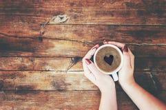 Tasses avec du café dans les mains des hommes et des femmes Image libre de droits